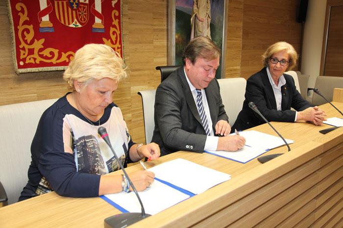 La presidenta de la AVT, en el momento de la firma del convenio con el Ayuntamiento de Getafe.